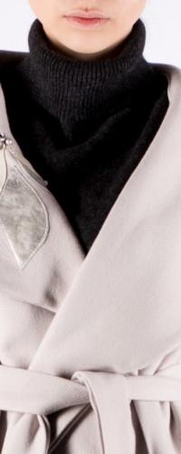 detaliu palton gri